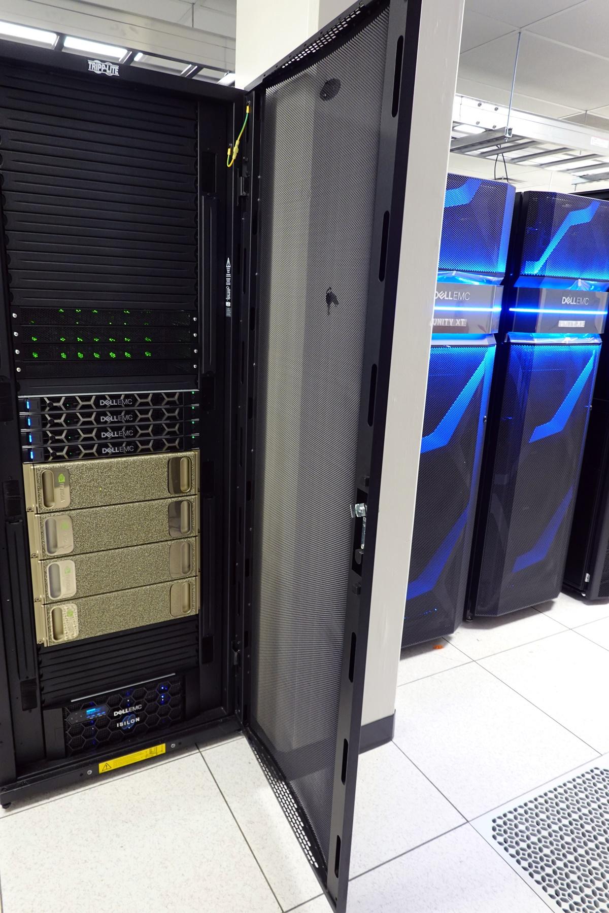 الگوریتم های هوش مصنوعی در سرورهای NVIDIA DGX در مراکز داده خدمات پستی ایالات متحده ساخته شده اند.
