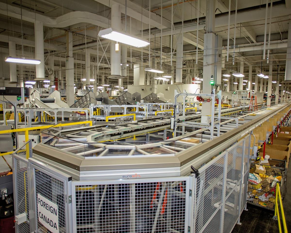 USPS روزانه 20 میلیون بسته را در بیش از 1000 دستگاه مانند این سیستم مرتب سازی بسته های کوچک پردازش می کند.