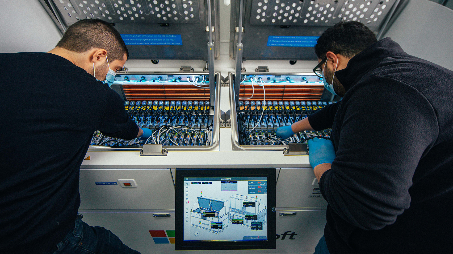 Ioannis Manousakis ، مهندس اصلی نرم افزار با Azure (چپ) ، و Husam Alissa ، مهندس اصلی سخت افزار در تیم Microsoft برای توسعه پیشرفته مرکز داده (سمت راست).